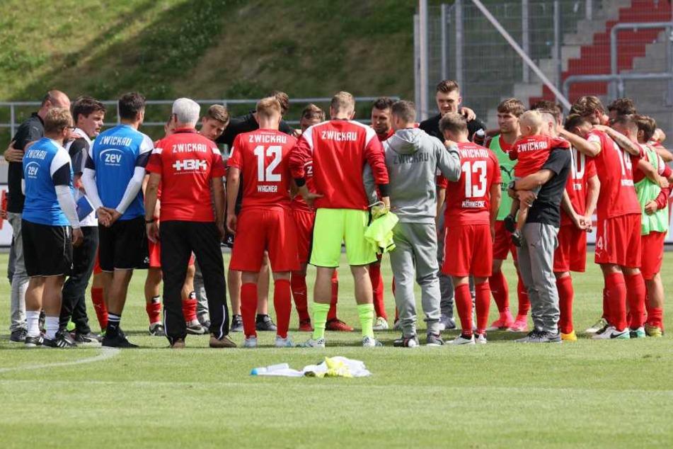 FSV-Coach Torsten Ziegner (3.v.l.) nahm seine Truppe nach dem Spiel zusammen und schwor sie ein.