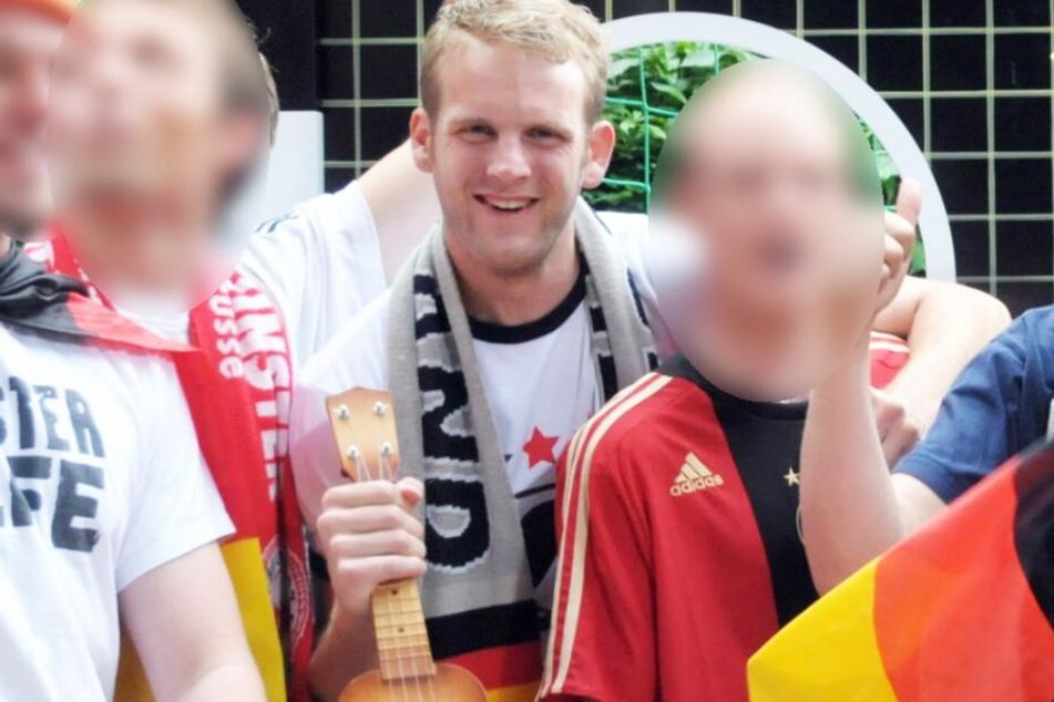 "Johannes J. (Spitzname ""Jizzo John"") mit der Party-Band ""Uwu Lena""."