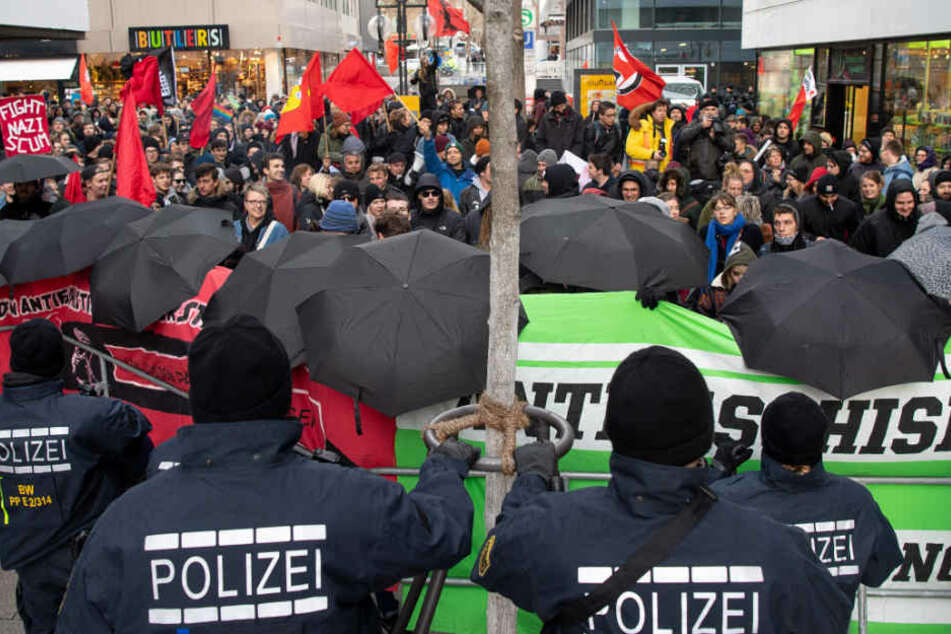 Sitzbank gegen Auto geschleudert: Polizei-Einsatz rund um AfD-Demo