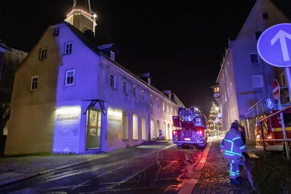 Feuerwehreinsatz im Erzgebirge: Schornstein steht in Flammen
