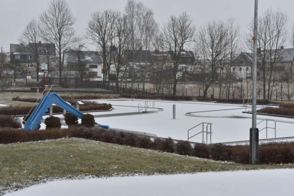 Auch in Zwönitz (Erzgebirge) hat es angefangen zu schneien.
