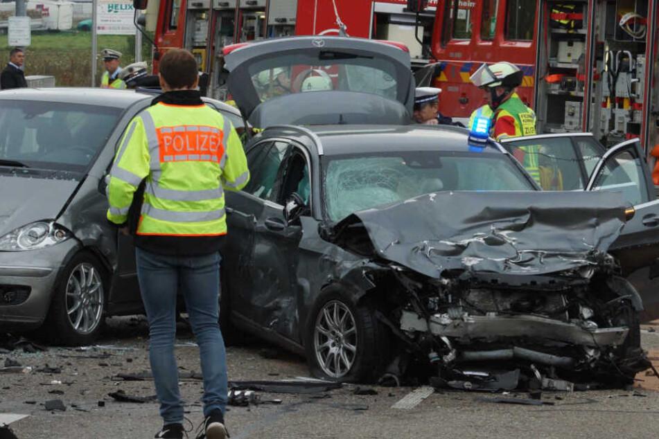 Polizeiwagen an schlimmem Unfall beteiligt, zwei Schwerverletzte