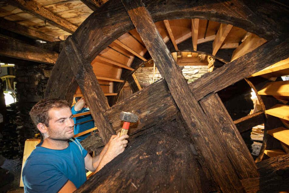 2014 und 2019 haben die Mühlenbauer aus Mulda das Wasserrad am Frohnauer Hammer erneuert. Hier schlägt Patrick Einenkel einen Bolzen ein.