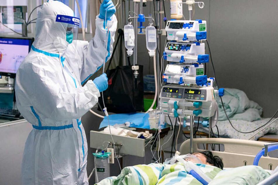 Der Tropf eines Patienten wird im Intensivkrankenhaus überprüft.