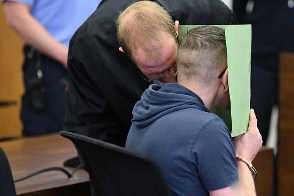 Feige versteckt der Angeklagte sein Gesicht. (Archiv)