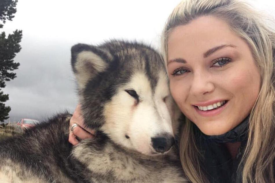 Ashley Mackie (38) veröffentlichte mehrere Selfies mit ihrer Hündin auf Facebook.