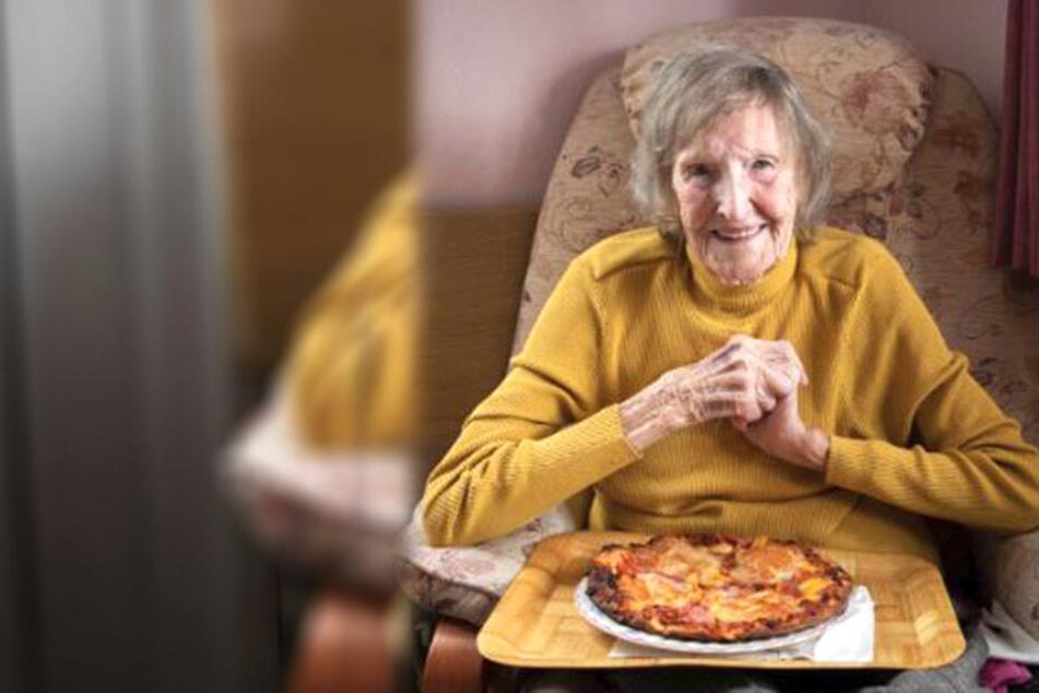 Gönn dir! Audrey Prudence (94) versucht sich an einer Pizza Hawaii.