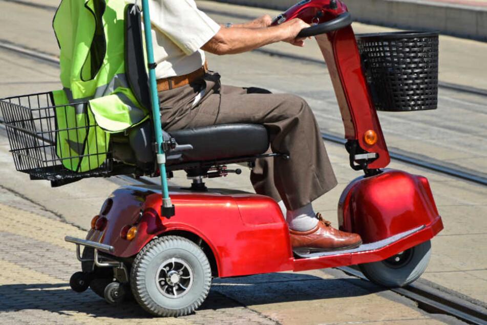 """Er rammte mehrere Autos: """"Korpulenter Opa"""" mit Elektro-Rollstuhl auf der Flucht!"""