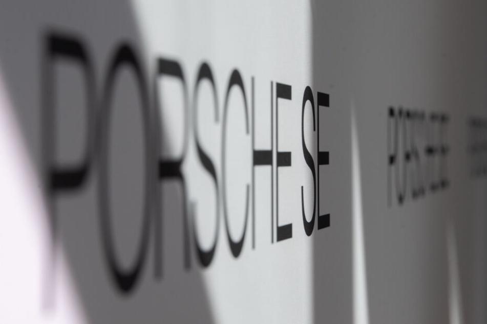 Logo und Schriftzug der Porsche SE bei der Bilanzpressekonferenz.