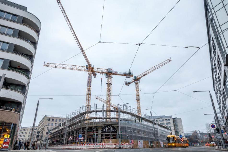 """In der Dresdner Altstadt drehen sich viele Baukräne. Nahe dem Zwingerforum entsteht ein sechsgeschossiger Gebäudekomplex namens """"Annenhöfe""""."""