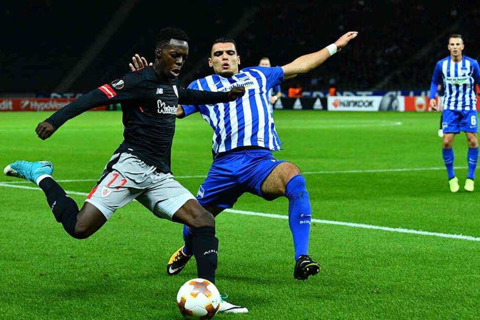 Herthas Karim Rekik (r) und Bilbaos Inaki Williams kämpfen um den Ball.