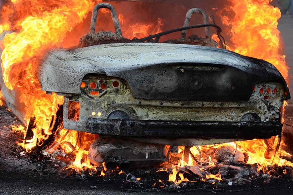 Beim Aufprall in die Leitplanken fängt das Auto Feuer. (Symbolbild)