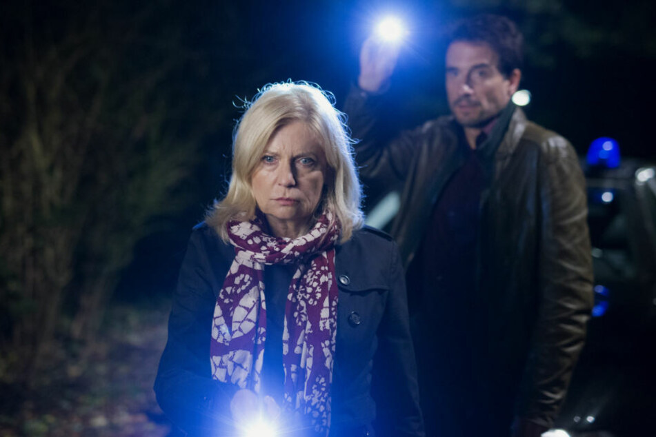 Die Hauptkommissare Inga Lürsen (Sabine Postel) und Stedefreund (Oliver Mommsen) suchen in einer Szene Spuren im Park.