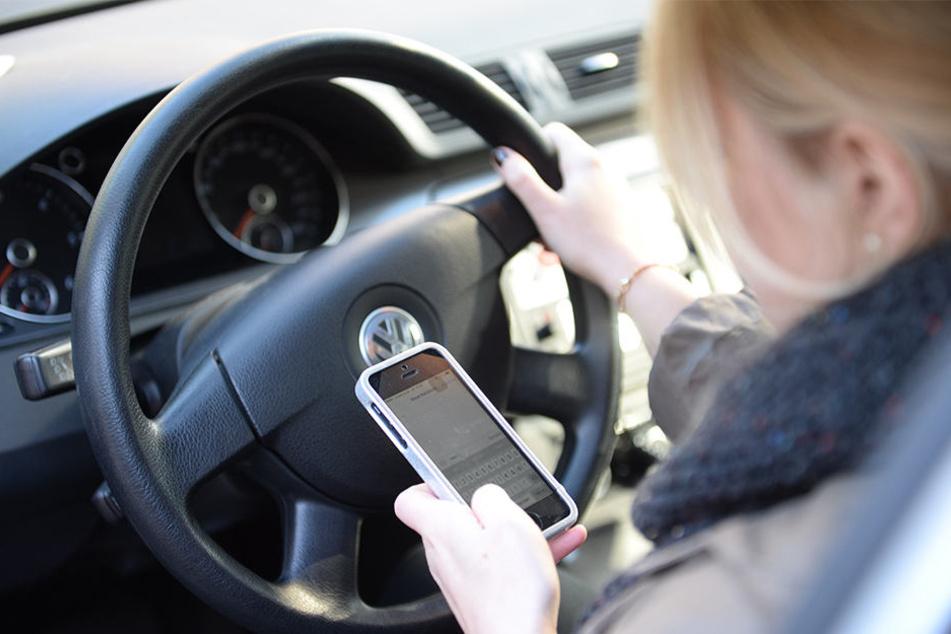 Der kurze Blick aufs Handy kann entscheidend sein. (Symbolbild)