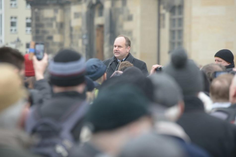 Oberbürgermeister Dirk Hilbert (FDP) bei der Einweihung der Schrott-Busse am Dienstag.