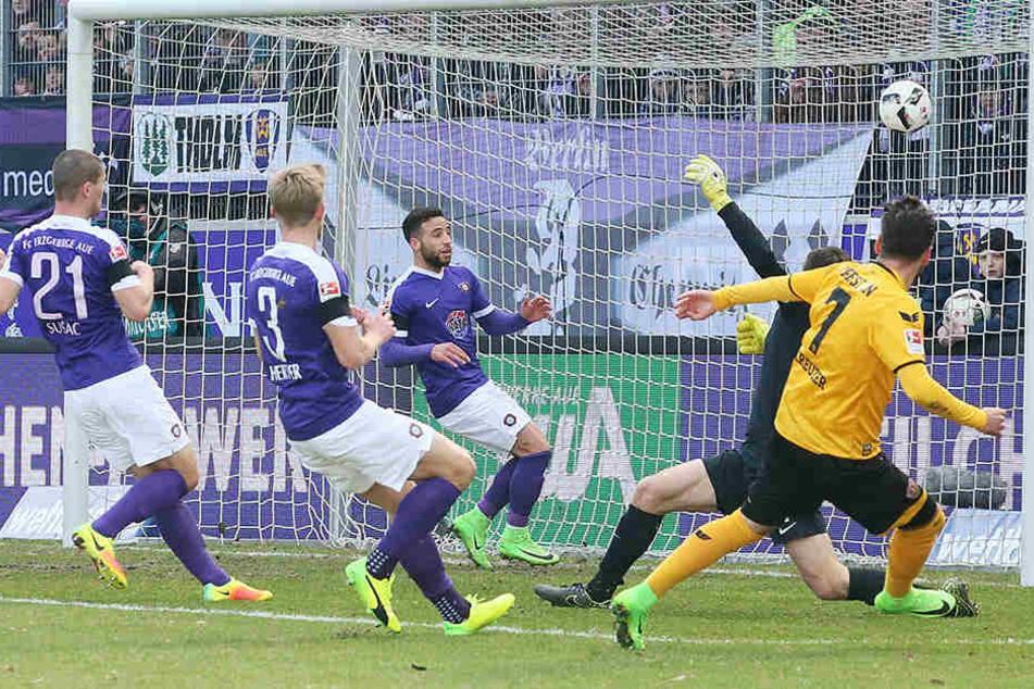 Sein erstes Saisontor für Dynamo war ein wunderschönes und wichtiges zugleich: Niklas Kreuzer haut Aues Keeper Martin Männel den Ball zum 0:2 in die Maschen.