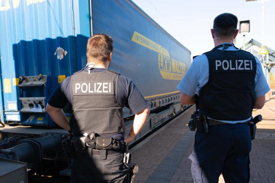 Beamte der Bundespolizei durchsuchen am Bahnhof einen Güterzug, in dem illegal eingereiste Personen entdeckt wurden. (Archivbild)