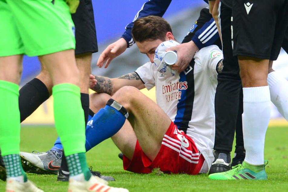 Adrian Fein muss nach einem Zusammenstoß auf dem Platz behandelt werden.