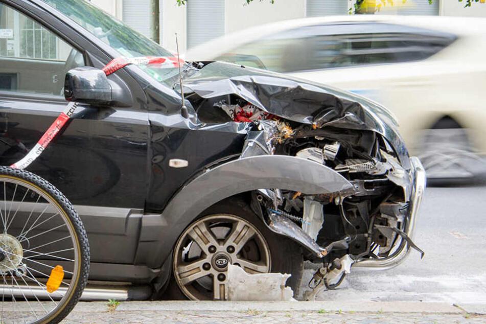 Der Jugendliche floh mit seinem Kumpel zu Fuß, nachdem er mehrere Autos rammte. (Symbolbild)