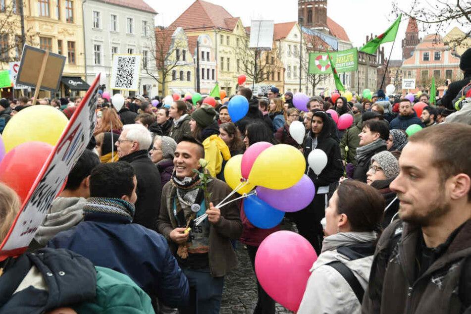 """Geimansam demonstrieren Flüchtlinge und Cottbuser unter dem Motto """"Leben ohne Hass""""."""