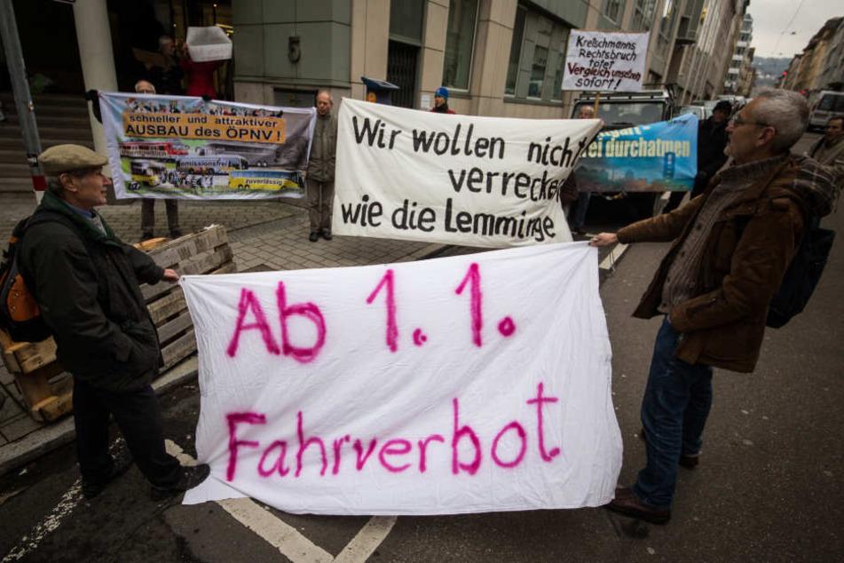 Demonstranten stehen vor dem Verwaltungsgericht in Stuttgart. (Archivbild)