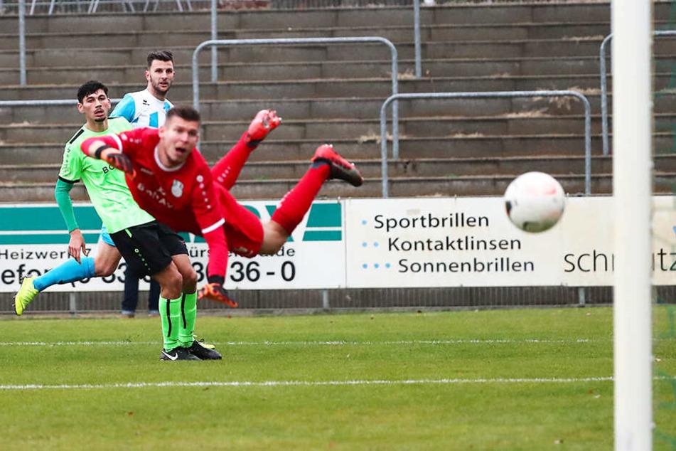 Mit feinem Auge und technisch brillant trifft Dejan Bozic (hinten) in dieser Szene zum 3:1 in Fürstenwalde. Torwart Paul Büchel kann dem Ball nur hinterher schauen.