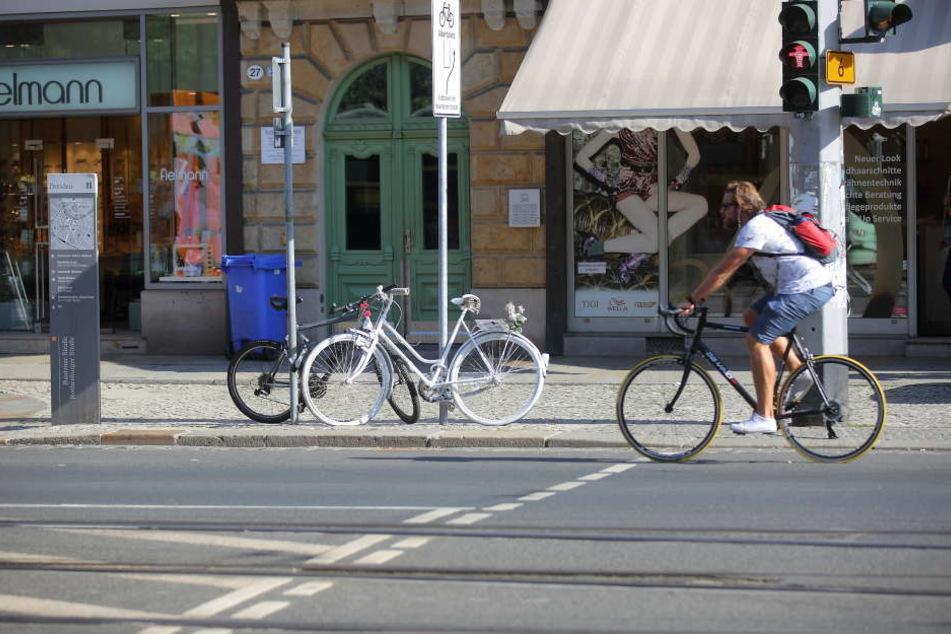 Hier kam Anne G. im Februar ums Leben. Ein weißes Fahrrad erinnert an die verstorbene Erzieherin.