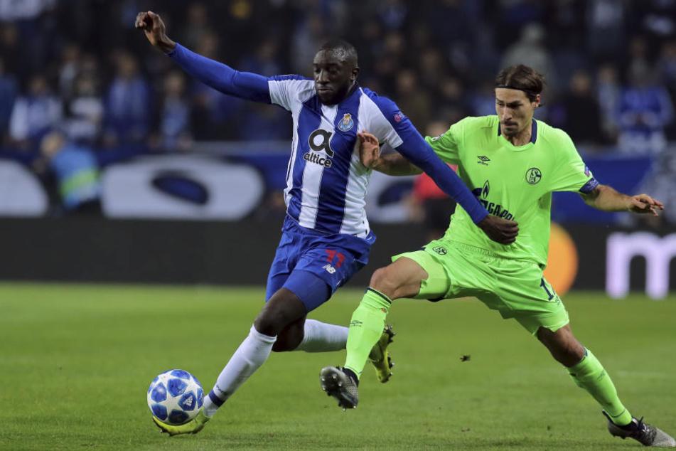 Portos Moussa Marega und Schalkes Benjamin Stambouli im Zweikampf. Trotz Niederlage ist Schalke im Achtelfinale.
