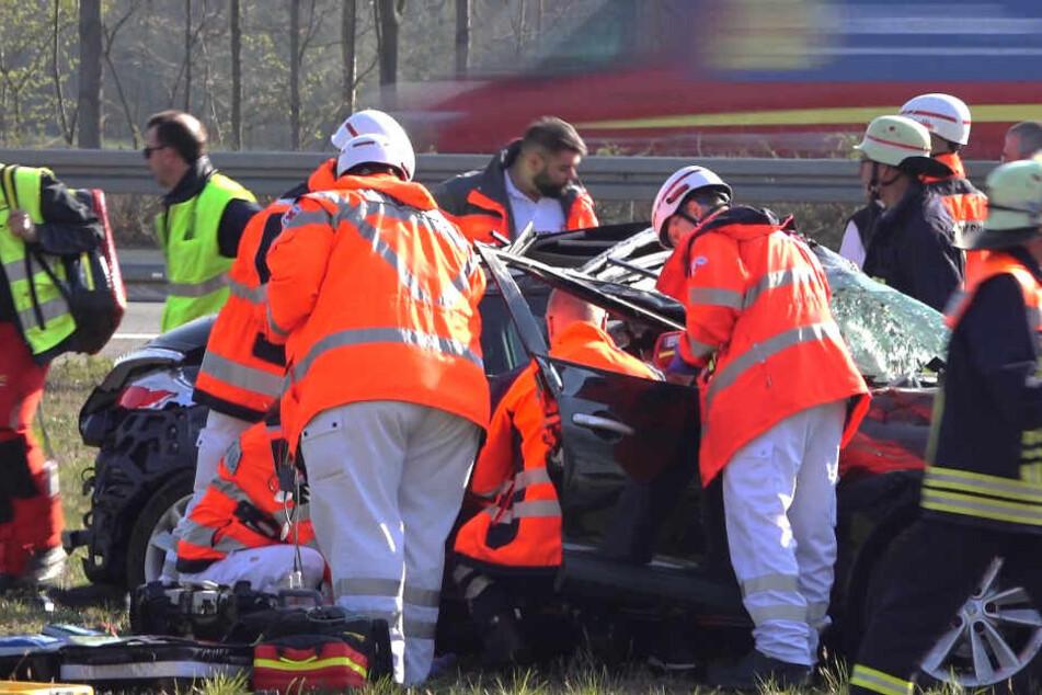 Die Beifahrerin des Unfallwagens wurde bei dem Crash im Fahrzeug eingeklemmt.