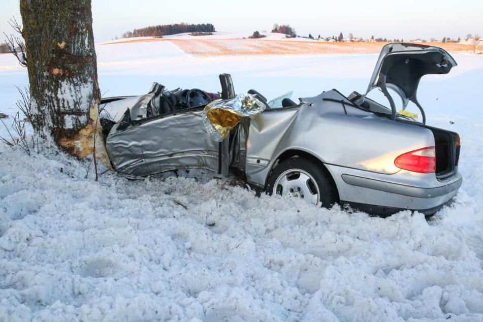 Der Wind hatte Schnee auf die Fahrbahn geweht. Das war wohl der Grund für das tragische Unglück gewesen.