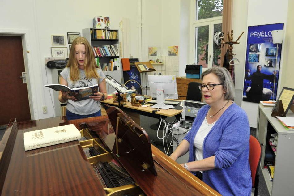 Fröhlich sein und immer besser singen: Vera Krüger (13) lernt bei Musikschulleiterin Nancy Gibson (56), wie sie noch mehr aus ihrer Stimme rausholt.