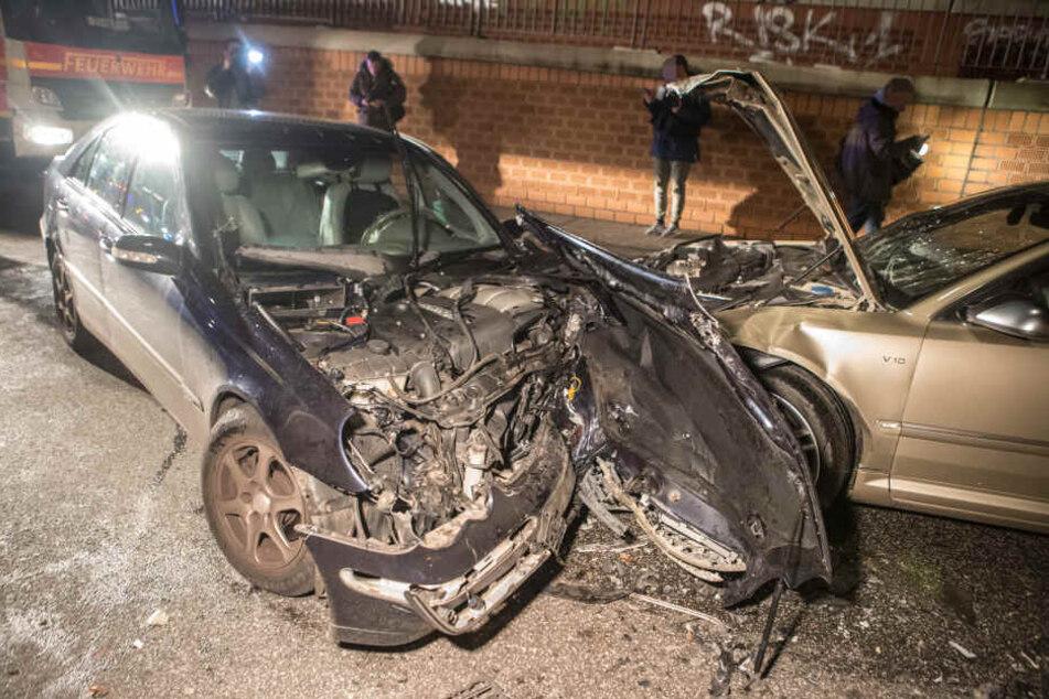 Autos krachen frontal ineinander: Sechs Verletzte