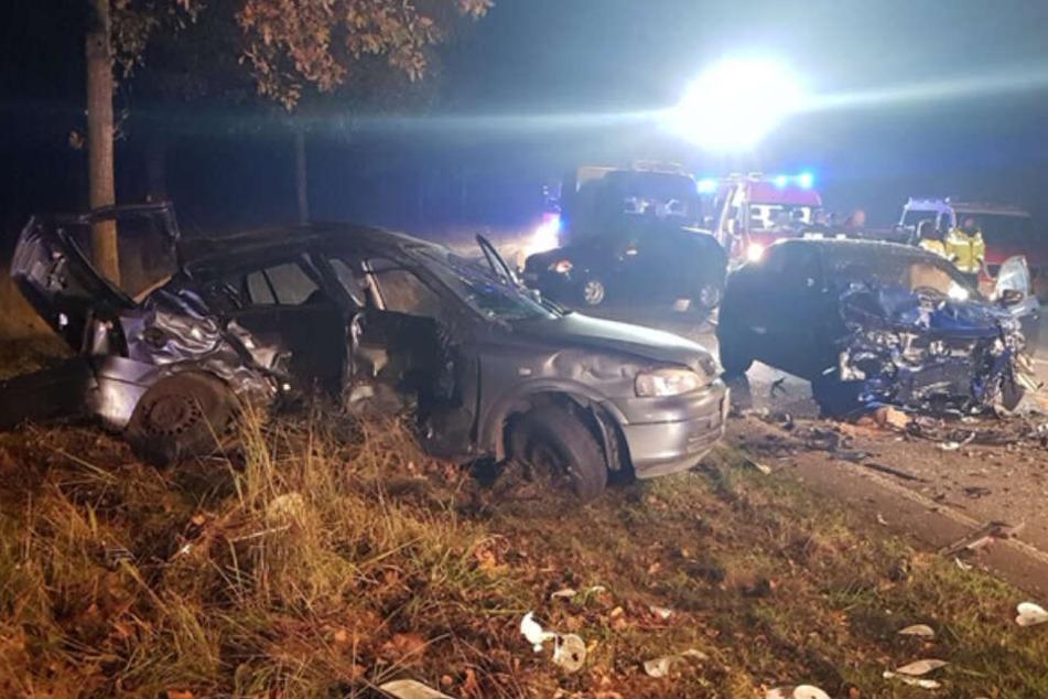 Beide Autos stehen komplett demoliert an der Unfallstelle.