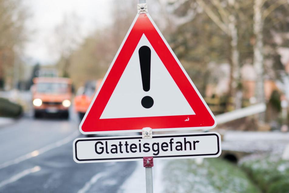 Wer kann, sollte zuhause bleiben, um die glatten Straßen zu meiden. (Symbolbild)
