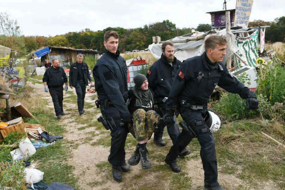 Einer der Aktivisten wurde von der Polizei im Hambacher Forst weggetragen.