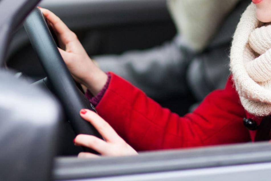 Mädchen (15) will Autofahren und kracht direkt in Betonwand