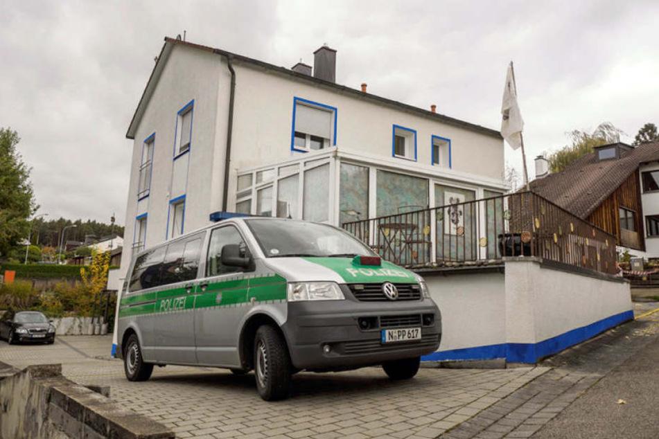 Nach den Schüssen eines sogenannten Reichsbürgers bei einer Razzia im mittelfränkischen Georgensgmünd ist einer der verletzten Polizisten gestorben.
