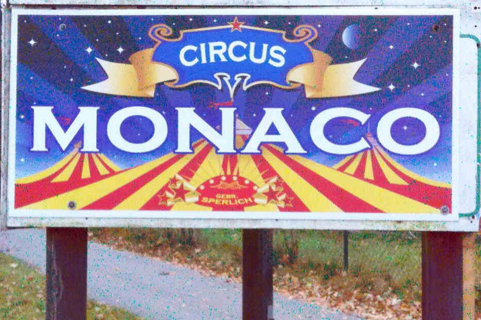 """Das Logo des Wanderzirkus """"Monaco"""" steht in Lübtheen (Mecklenburg-Vorpommern) vor dem Gelände des Winterquartiers."""