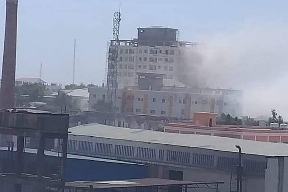 Über dem Einkaufszentrum war nach der Explosion weißer Rauch zu sehen.