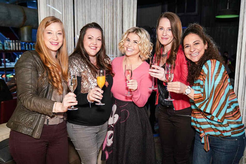 Beatrice Egli (M.) mit ihren TV-Freundinnen (v.l.) Tina (Franziska Arndt), Nadine (Sarah Victoria Schalow), Heike (Katrin Höf) und Kaya (Shirin Soraya).