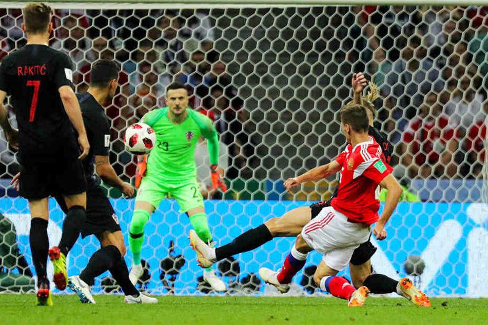 Traumtor: Russlands Denis Cheryshev (vorne-rechts) trifft die Kugel satt - Sekunden später schlägt der Ball im linken Winkel des kroatischen Tores ein.