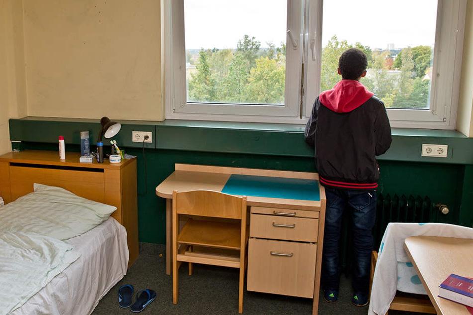Ein 16-jähriger Flüchtling aus Eritrea steht in Nürnberg am Fenster seines Zimmers in einer Wohngruppe für unbegleitete minderjährige Flüchtlinge.