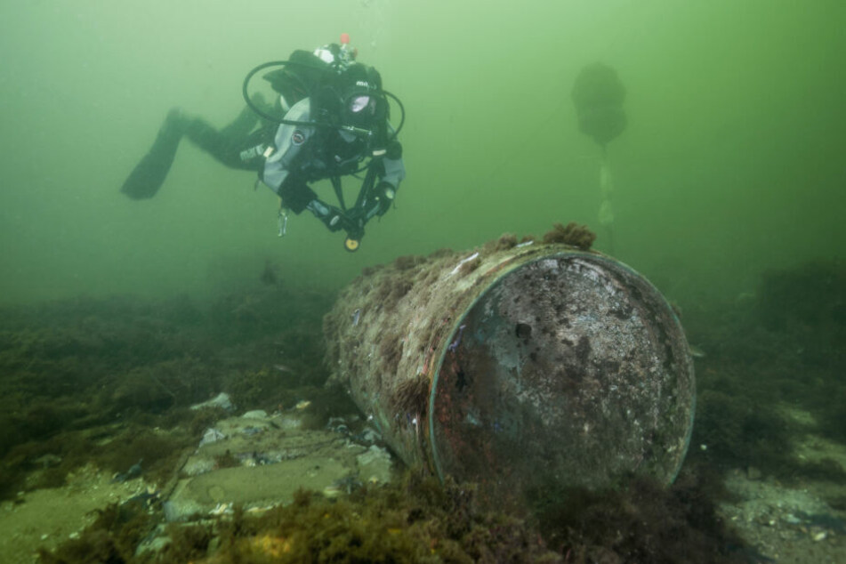 Ein Taucher nähert sich einer Bombe auf dem Grund der Ostsee.