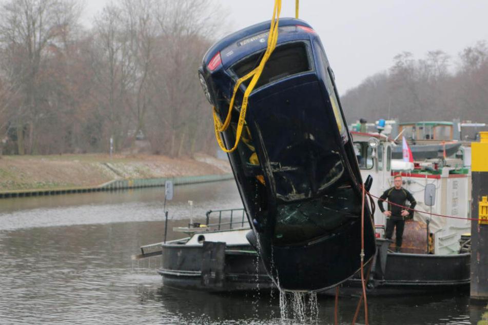 """Skurriler Unfall in Berliner Kanal: Auto wieder """"aufgetaucht""""!"""