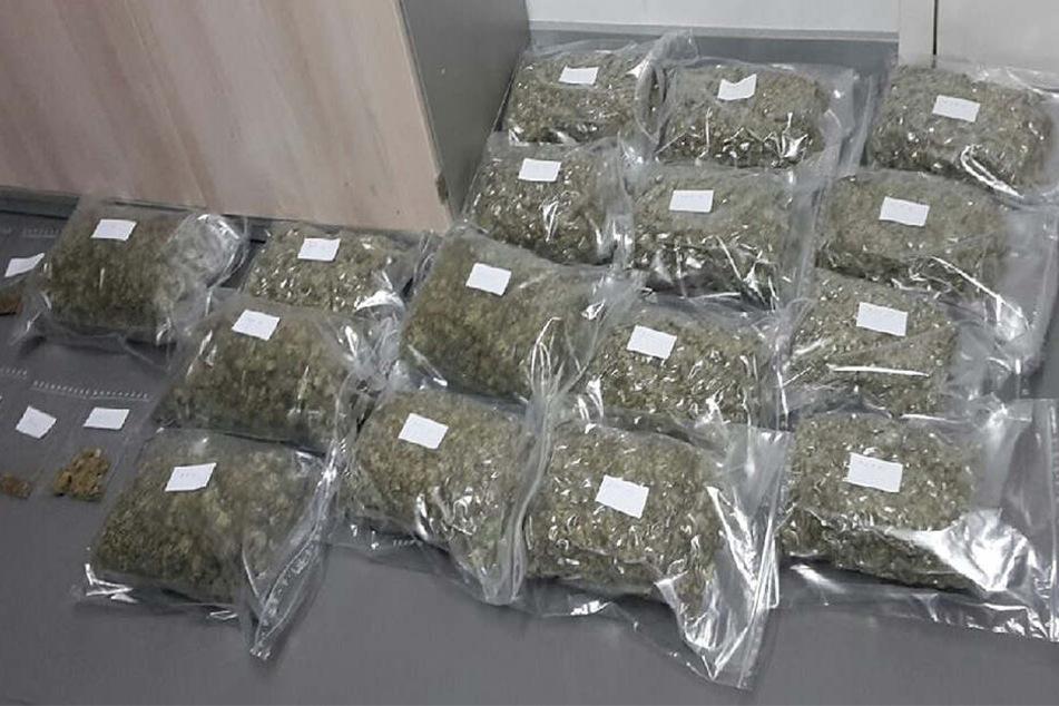 Die Polizei stellt insgesamt 8,5 Kilo Marihuana sicher.