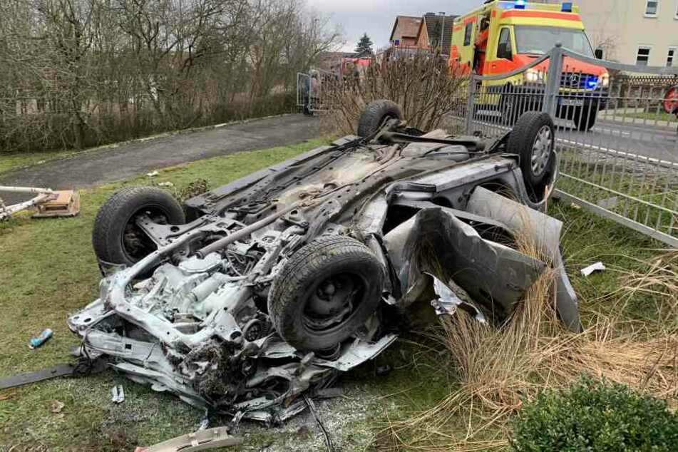 Tödlicher Unfall: Garten wird zu Trümmerfeld, Junger Fahrer (20) stirbt nach Überholmanöver