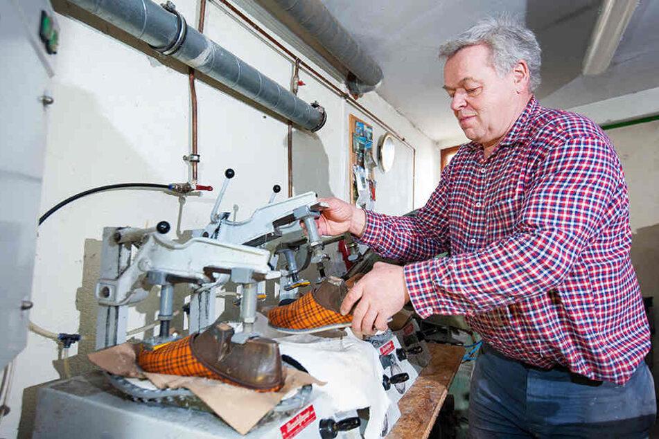 Bernd Seidel (63) arbeitet in der Produktion. Drei Filzschuh-Modelle stellt das Unternehmen aus Cranzahl her.