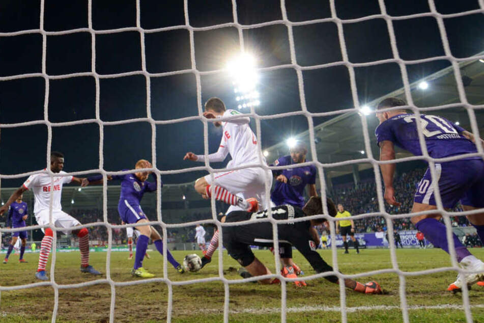 Wer war zuletzt dran? In der 35. Minute fiel das 1:0 für den 1. FC Köln.