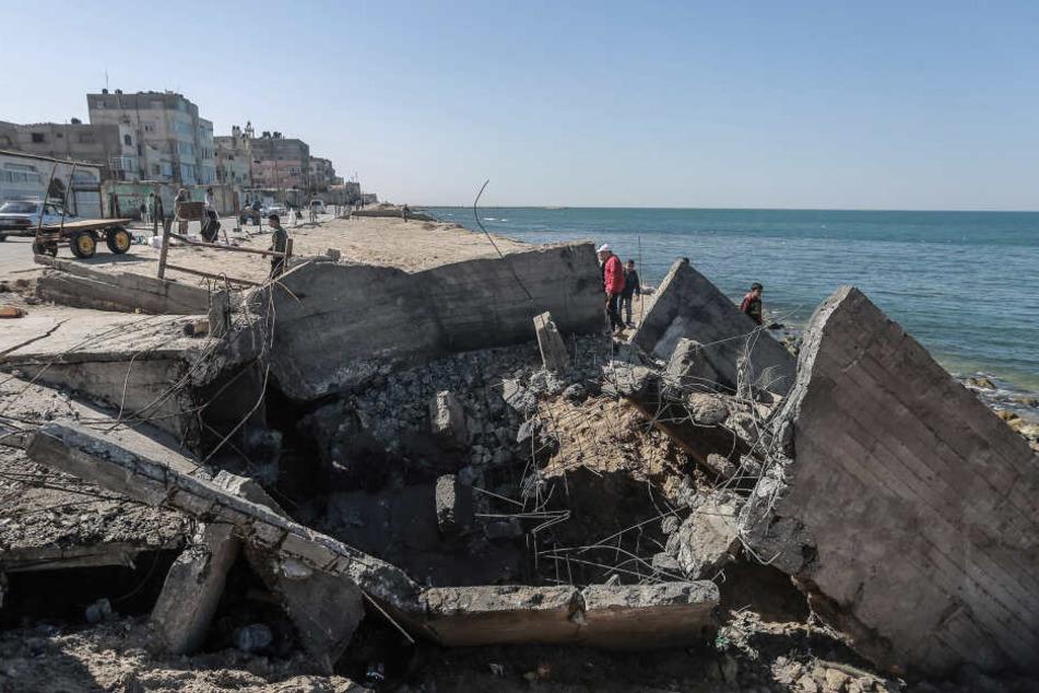 Als Reaktion auf palästinensischen Beschuss, greift die israelische Armee Ziele im Gazastreifen an.