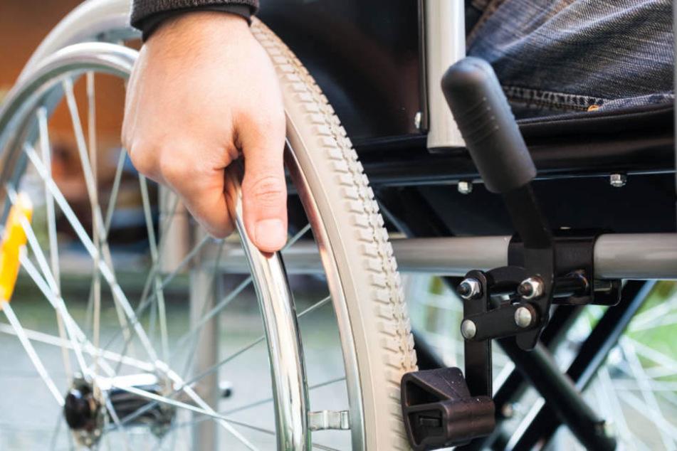 Mit einer miesen Masche klaute der Mann dem Rollstuhlfahrer das Portemonnaie. (Symbolbild)